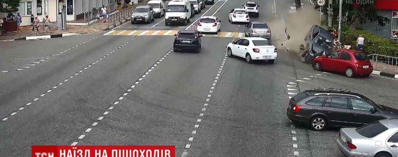 В Сочи таксист заснул за рулем и сбил прохожих на тротуаре