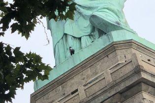 У Нью-Йорку у День незалежності США жінка вилізла на статую Свободи