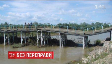На Прикарпатье провалился автомобильный мост