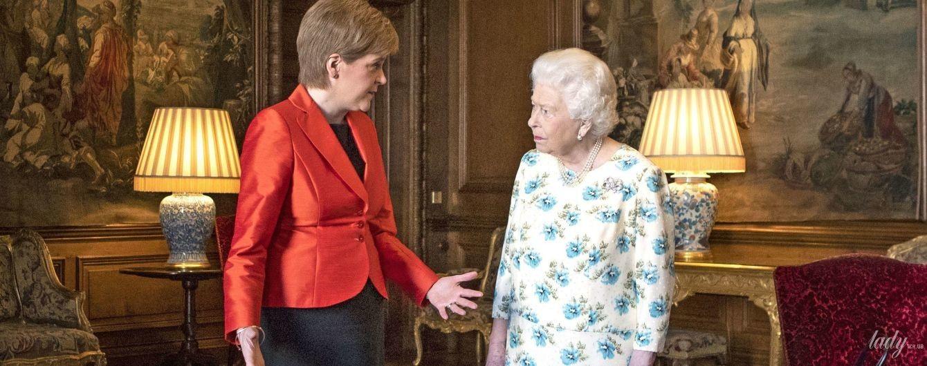 """У """"квітковій"""" сукні та на підборах: 92-річна королева Єлизавета II затьмарила образом першого міністра Шотландії"""