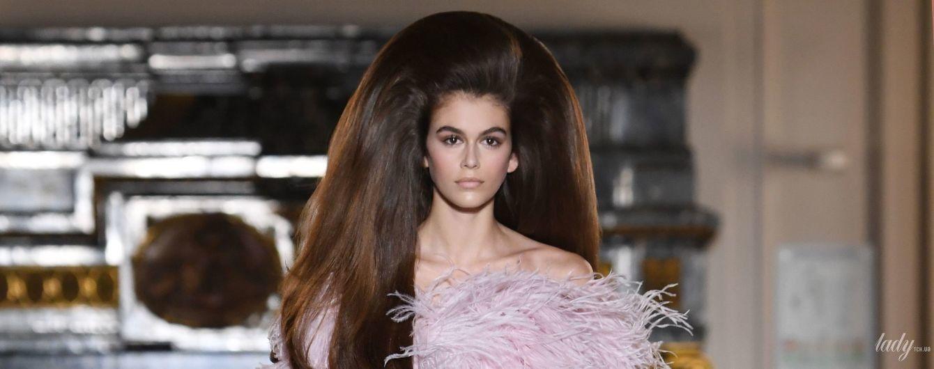 Это было непросто: Кайя Гербер в огромном платье из перьев вышла на подиум
