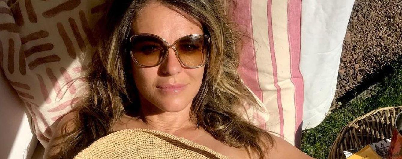 Засмагає в білому бікіні: 53-річна Ліз Херлі знову хизується фігурою