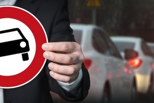 Полиция напомнила киевским водителям о запрете проезда, перекрыв заезд своим автомобилем