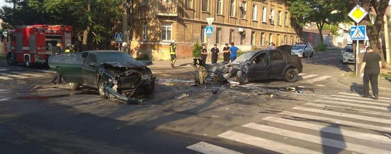 В Мариуполе маршрутка врезалась в разбитые в ДТП авто, пострадали семь человек