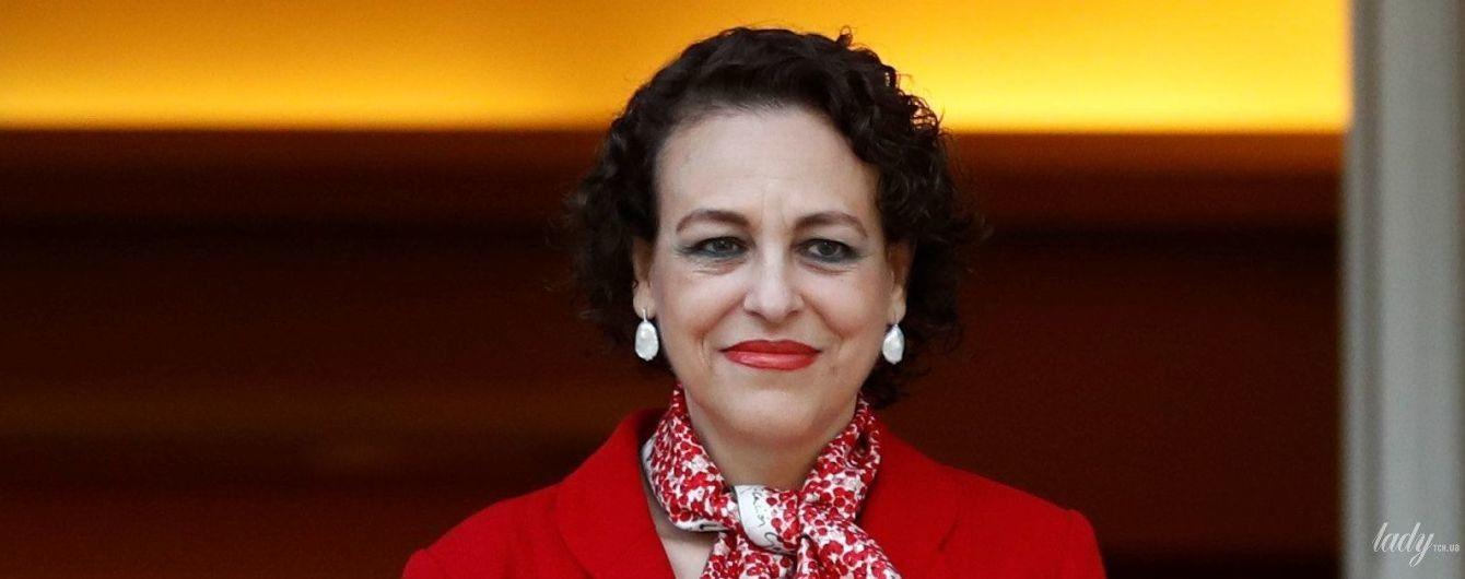У червоному жакеті і з червоною помадою: ефектний образ 58-річного міністра праці Іспанії