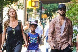 Семейная прогулка: Хайди Клум с дочерью и бойфрендом в объективах папарацци