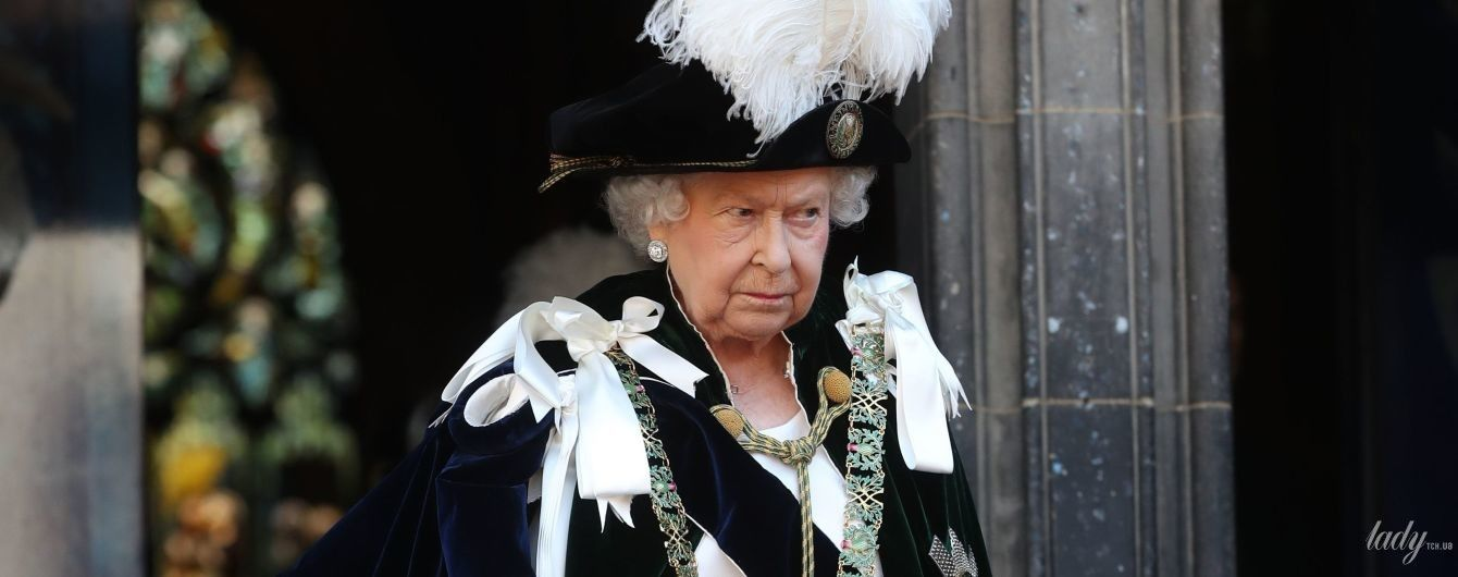 У сукні по фігурі і сережках з величезним діамантом: королева Єлизавета II вразила новим образом