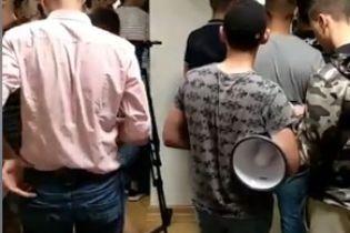 """В """"Укравтодор"""" с шинами ворвались молодые люди. Ведомство заявляет о попытке дестабилизации госоргана"""