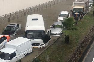 Паніка в Сочі: заблоковані стихією люди змітають з крамниць продукти і годинами стоять у чергах за бензином