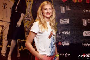 Зірки у кінотеатрі: Лідія Таран у білій футболці, Діва Монро у яскравих штанах