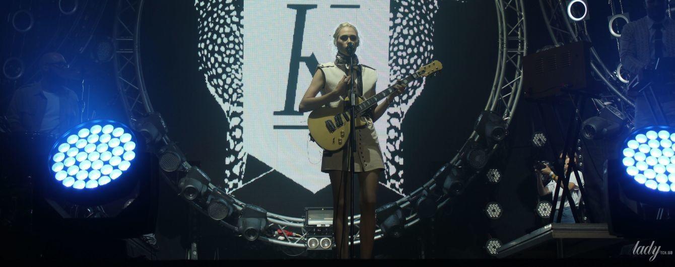 Эффектная блондинка в мини и обаятельный мачо в белом: группа Kadebostany выступила на Atlas Weekend