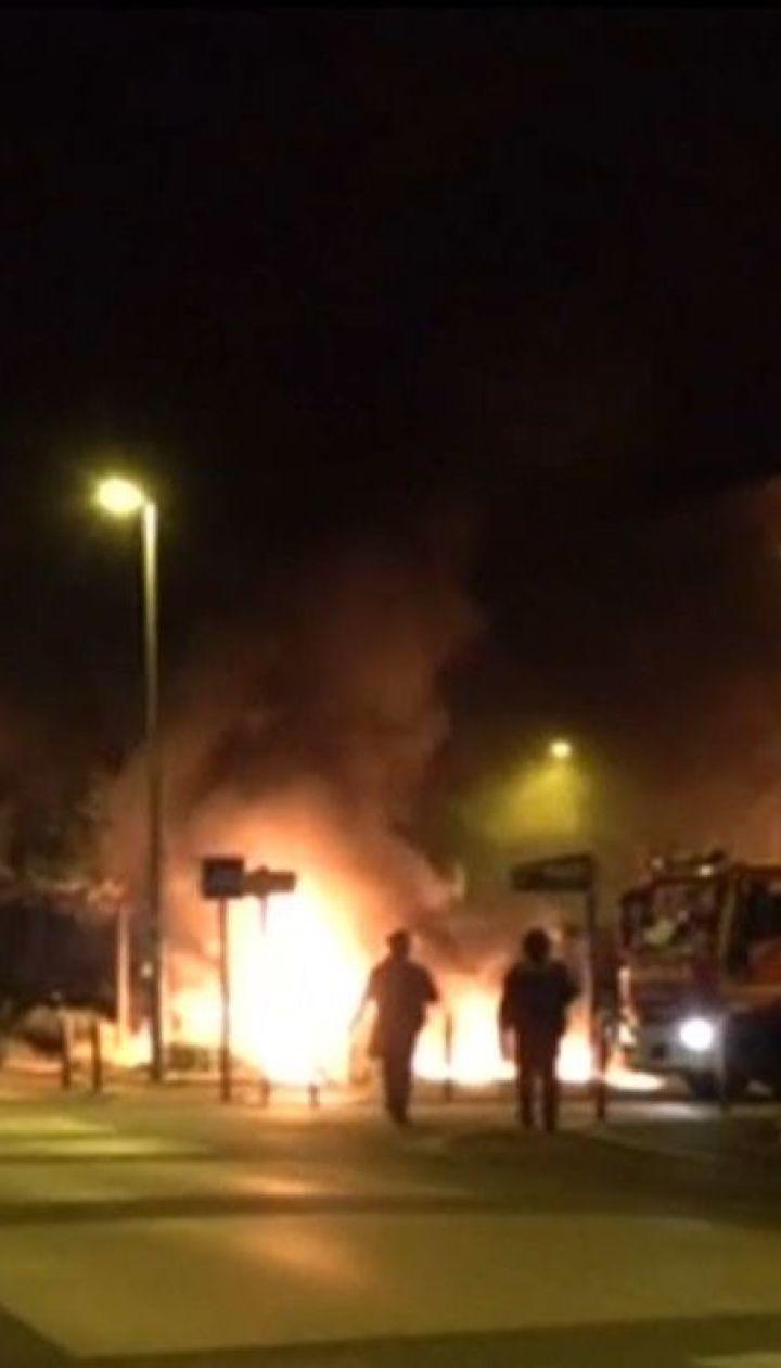 У Франції радикальна молодь четвертий день палить автівки та громить магазини