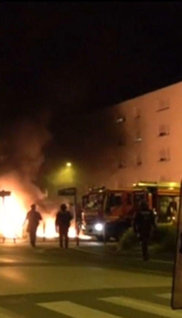 Во Франции радикальная молодежь четвертый день палит машины и громит магазины