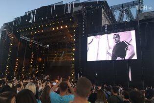 """Відвідувачі фестивалю Atlas Weekend разом з лідером гурту """"Бумбокс"""" закликали звільнити Сенцова"""
