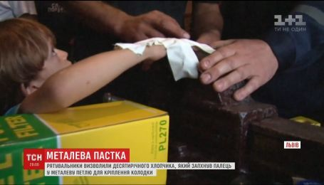 Львівські рятувальники визволили з пастки 10-річного хлопчика