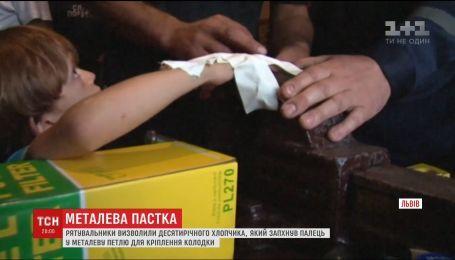 Львовские спасатели вызволили из ловушки 10-летнего мальчика