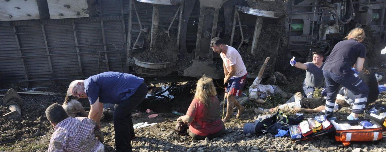 В результате схода поезда с рельсов в Турции погибли 24 человека