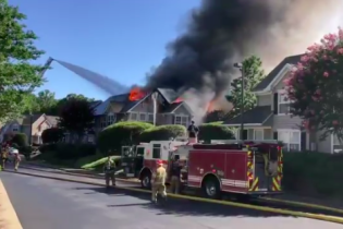 В США вертолет упал на жилые дома, есть погибшие