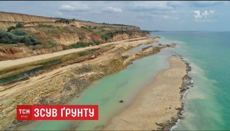 Туристи опинилися у тимчасовій пастці через масштабний зсув ґрунту на Одещині