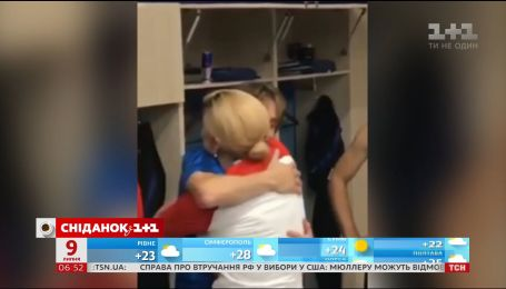 Президент Хорватии поздравила футболистов в их раздевалке