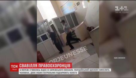 На Харьковском вокзале полицейский избил мужчину