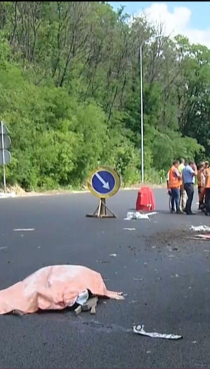 Под Киевом водитель легковушки въехал в бригаду ремонтников, есть погибшие