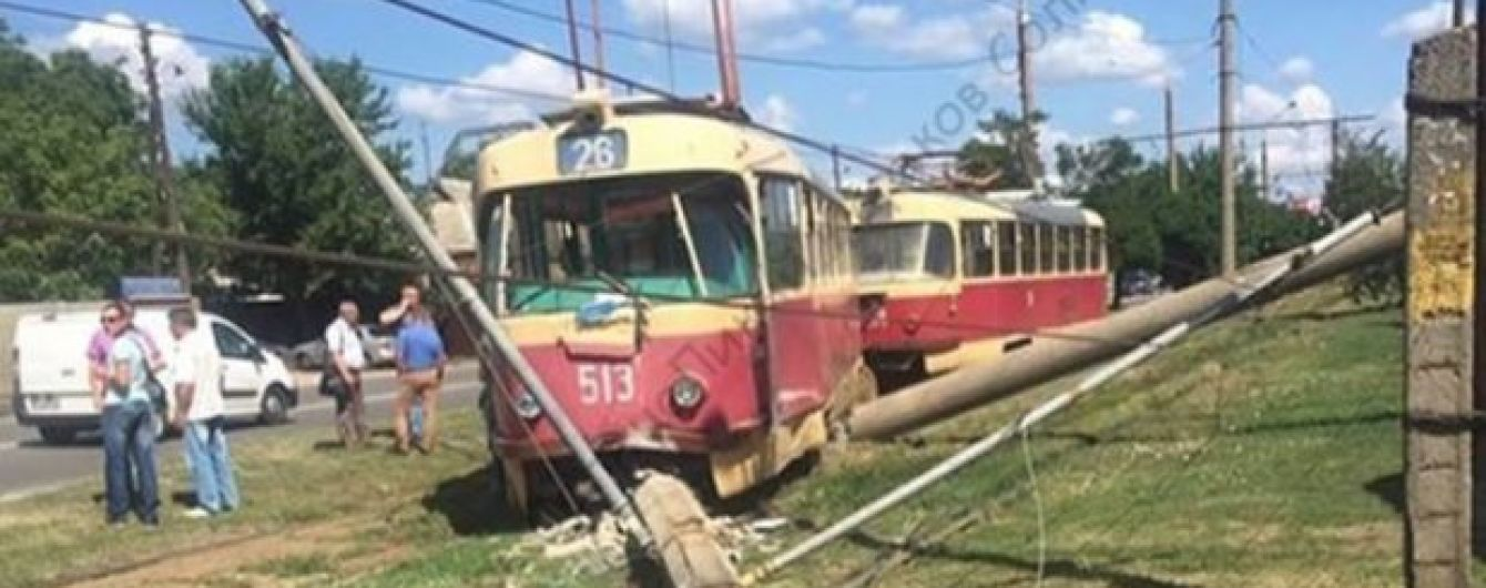 В Харькове трамвай вылетел с рельсов