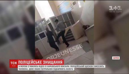 Поліцейських, які знущалися над чоловіком у Харкові, відсторонили від службових обов'язків