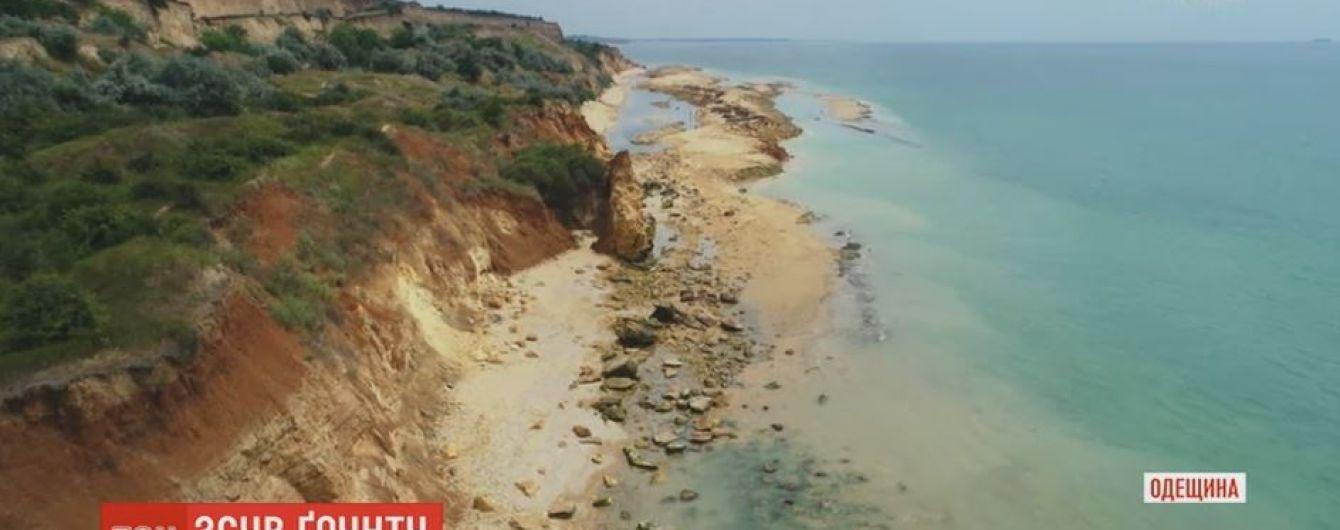 Туристи опинилися у пастці через масштабний зсув ґрунту  на Одещині