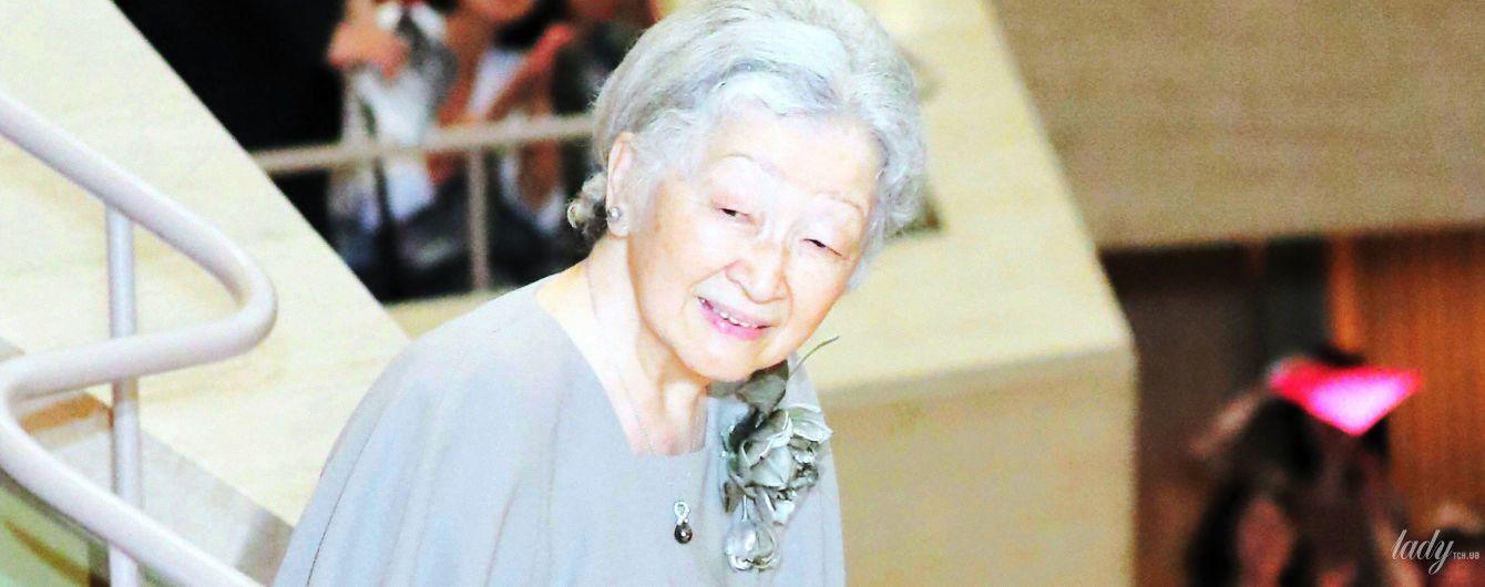 В сером костюме с черной жемчужиной: японская императрица Митико сходила в филармонию