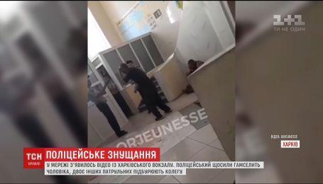 Поліцейським, які знущалися над чоловіком у Харкові, загрожує звільнення