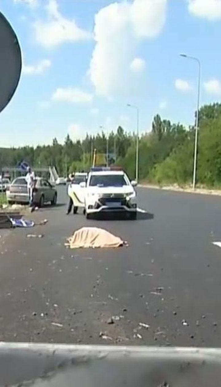 Під Києвом легковик влетів у бригаду дорожників, загинув робітник
