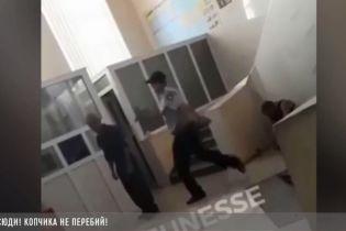 В Харькове на вокзале полицейские с хохотом и матами избили бездомного