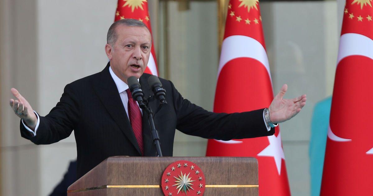 Эрдоган призвал турок продавать доллары и золото ради спасения лиры