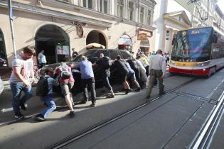 Land Rover на українських номерах заблокував рух у Празі