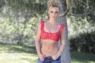 В кроп-топе с рюшами: Бритни Спирс похвасталась плоским животом