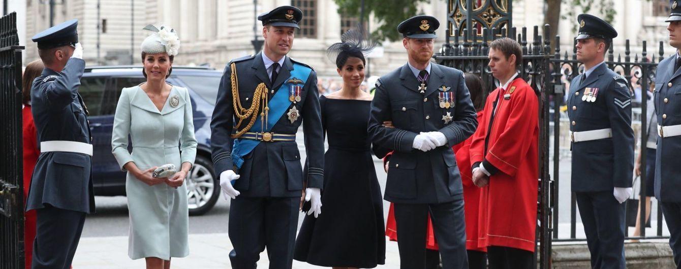Сдержанная Меган и уставшая Кейт: британские монархи посетили праздничную церковную службу