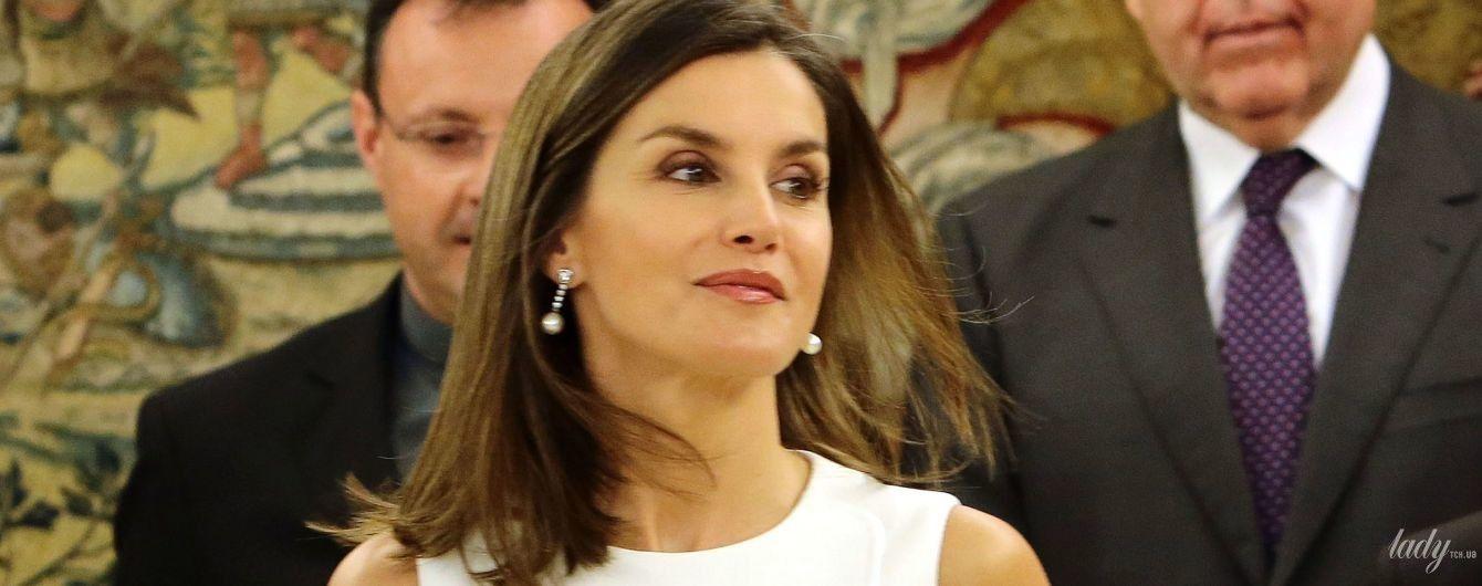 В белом платье и почти без украшений: испанская королева Летиция на приеме во дворце