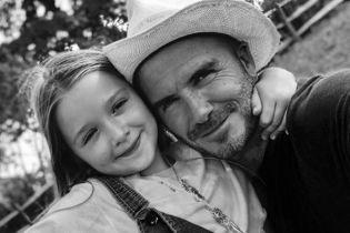 Дэвид Бекхэм продемонстрировал умения парикмахера, обрезав волосы дочери