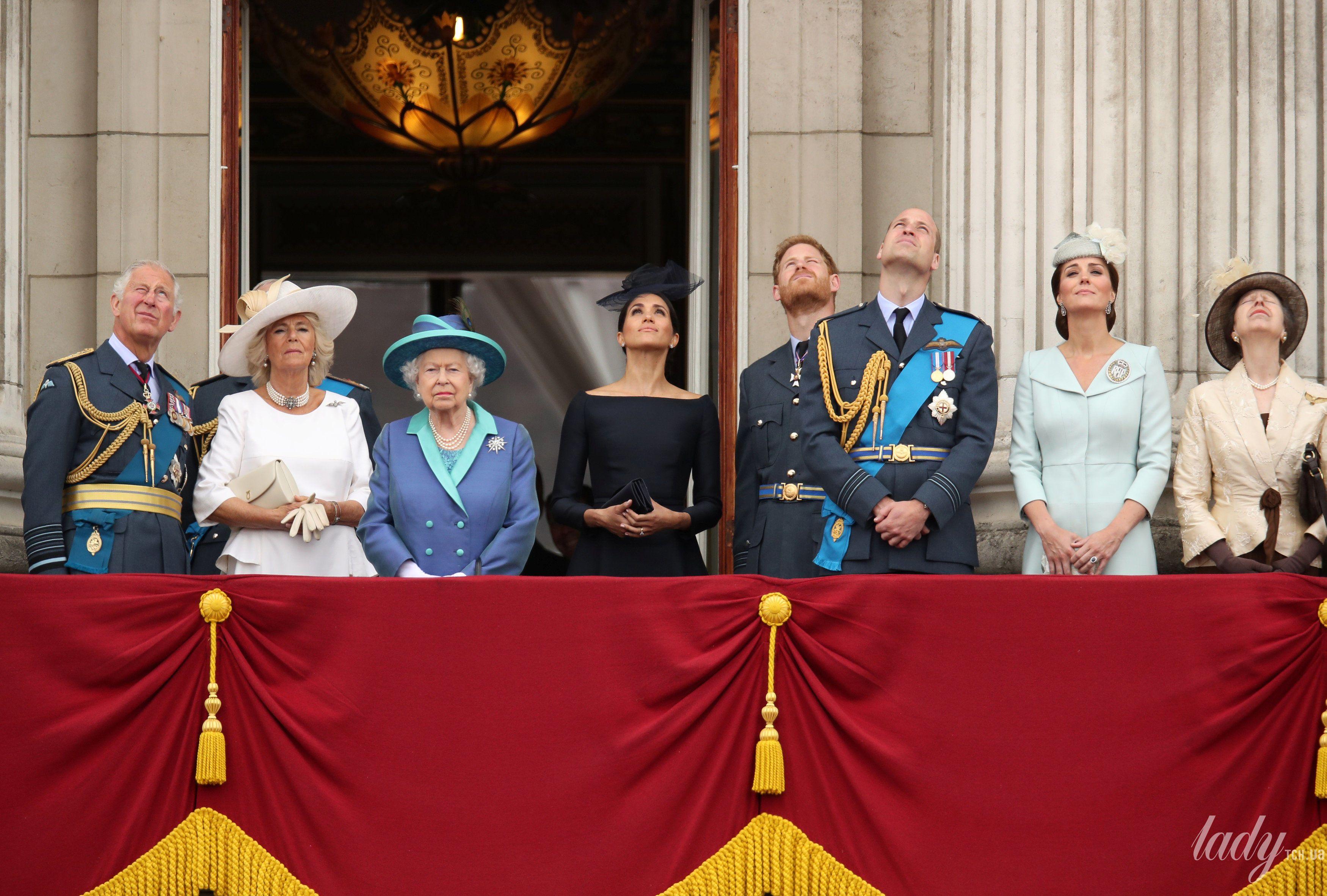 Британская королевская семья на балконе Букингемского дворца_1