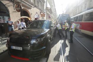 В Праге джип с украинскими номерами парализовал движение трамваев
