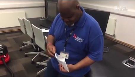 Уборщик получил от студентов конверт и заплакал