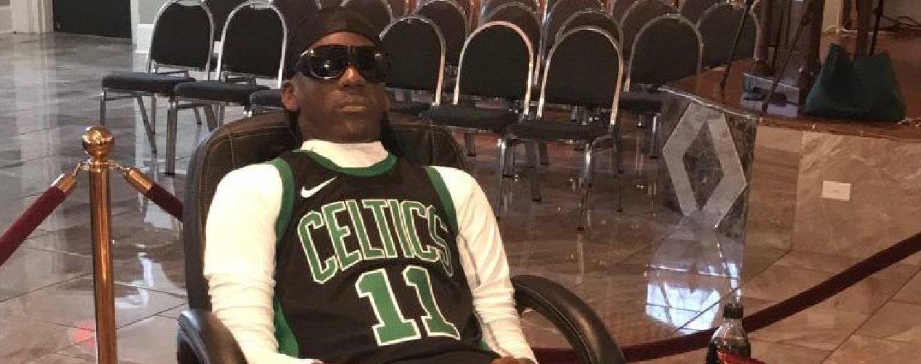 Дикие похороны: фаната-покойника посадили в кресло в футболке любимого клуба и включили баскетбол