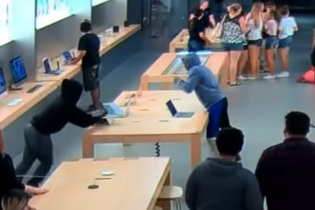 Пронеслись, как смерч: в Калифорнии грабители за секунды обчистили магазин Apple на глазах у клиентов