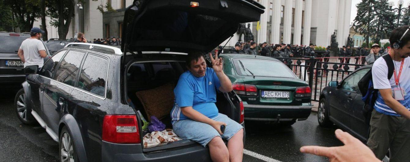 """У Києві другий день поспіль власники """"євроблях"""" мітингують в урядовому кварталі"""