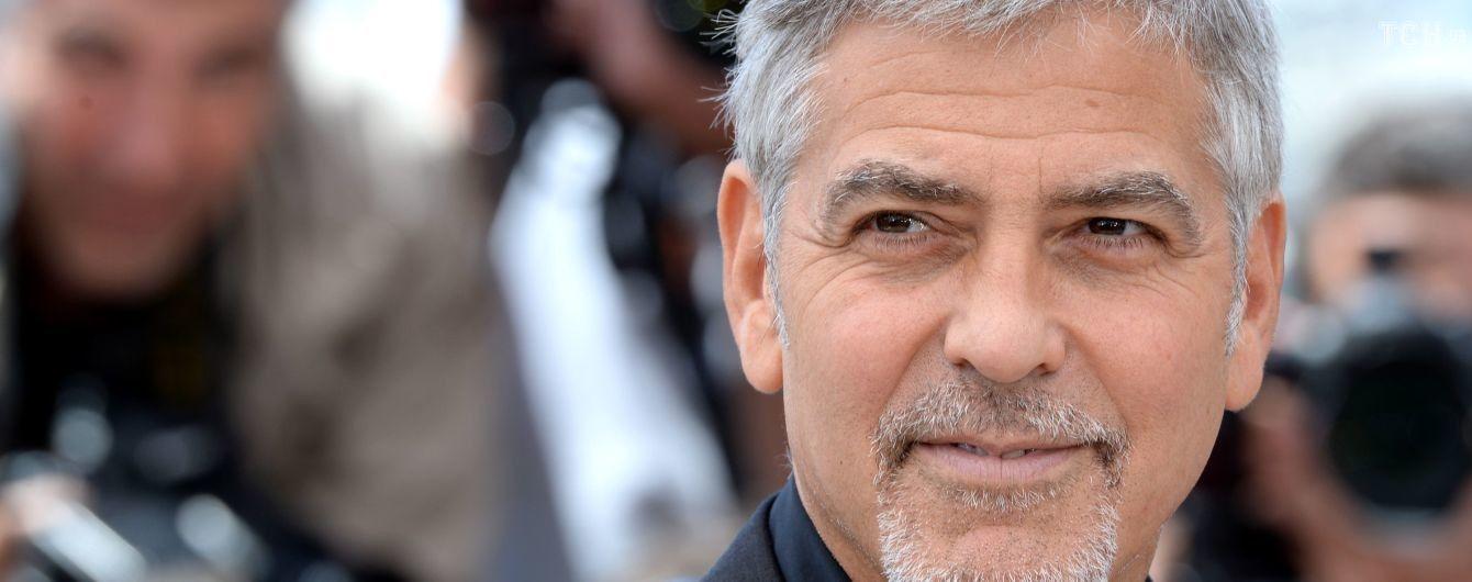 В Сети появилось жуткое видео, где Джордж Клуни врезается в машину