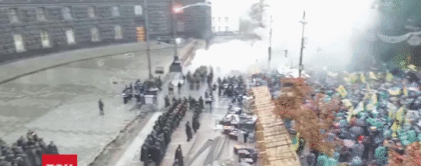 ТСН сняла с квадрокоптера, как протестующие бросают файеры в сторону Кабмина