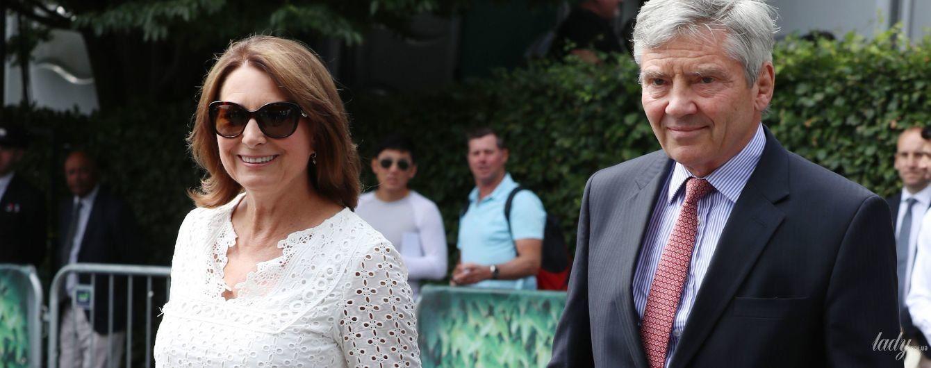 Смелый выбор: 63-летняя Кэрол Миддлтон появилась на публике в белом мини-платье