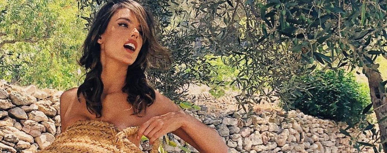 Наслаждается отдыхом: обнаженная Алессандра Амбросио показала, как проводит время на Ибице