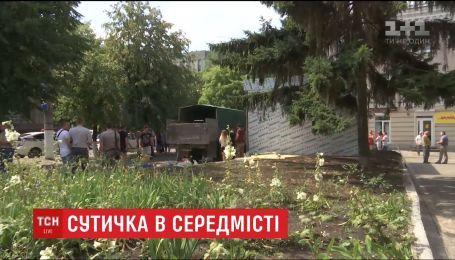 В Кропивницком демобилизованные бойцы решили силой снести киоск, построенный на цветнике